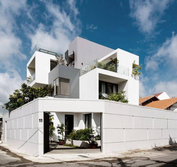 Ngôi nhà trông giống như những khối hộp đồ chơi xếp chồng với nhiều cửa sổ, cây xanh. Khu đất ở quận 9 (TP HCM) có nhiều thuận lợi với diện tích rộng (240 m2) và hai mặt thoáng. Tuy nhiên, hướng gió mát lại nằm ở phía sau nhà. Bởi vậy, gia chủ quyết …