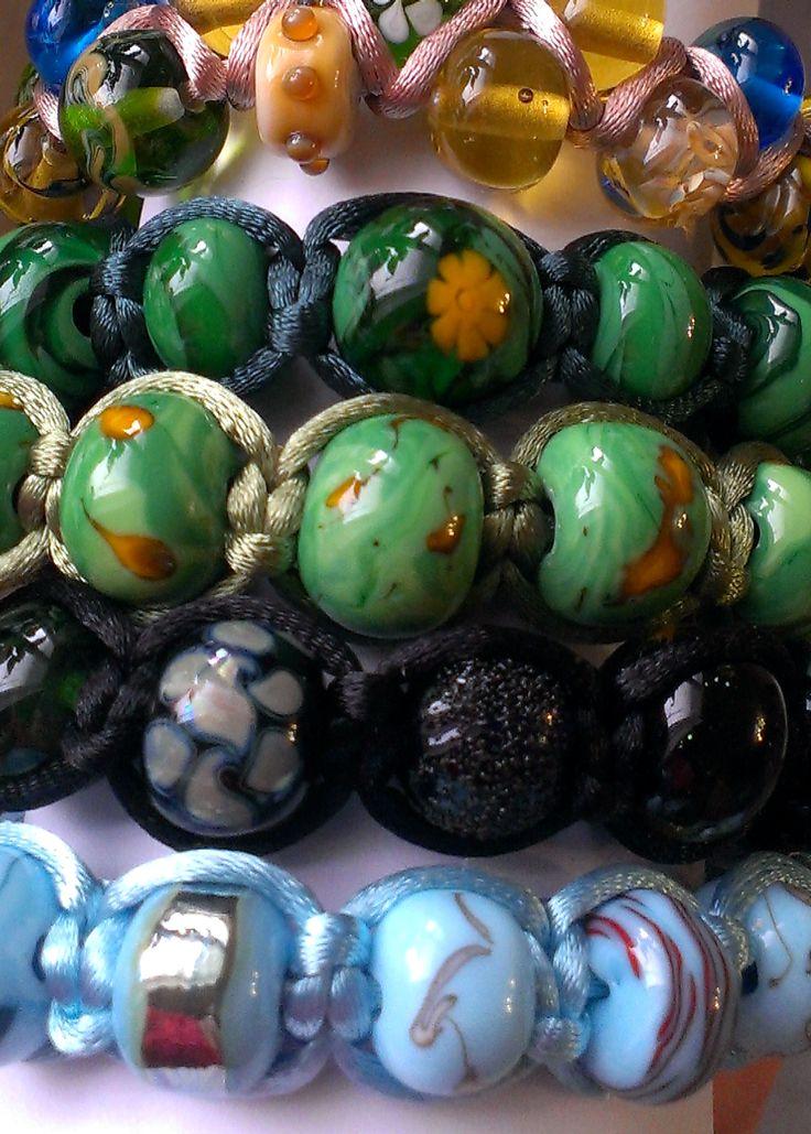 Наша работа. Красивые браслеты из стеклянных бусин.