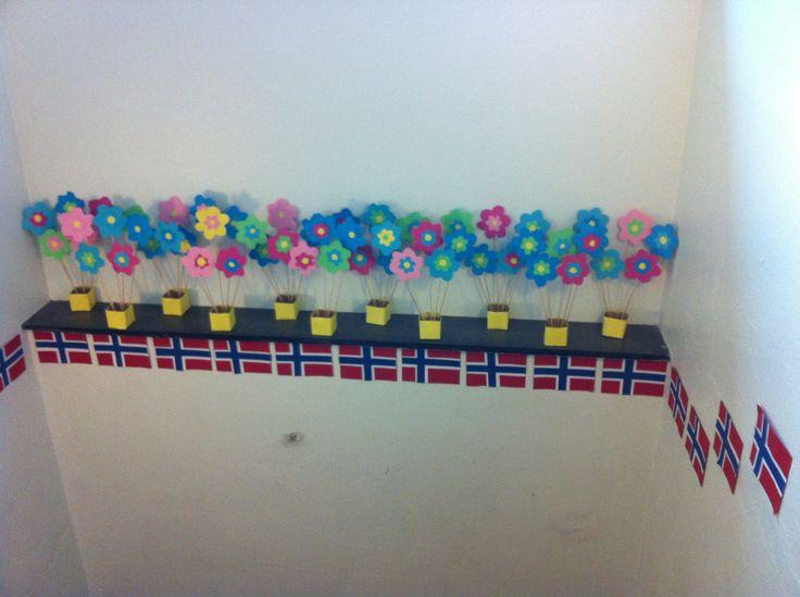 Vårpynt i skolebygget i forbindelse med 17. mai - nasjonaldagen.   Elevene laget vårblomster av papp og laget det Norske flagget.    Spring decorations in accation to our national day - 17 of may. They made flowers and flags.