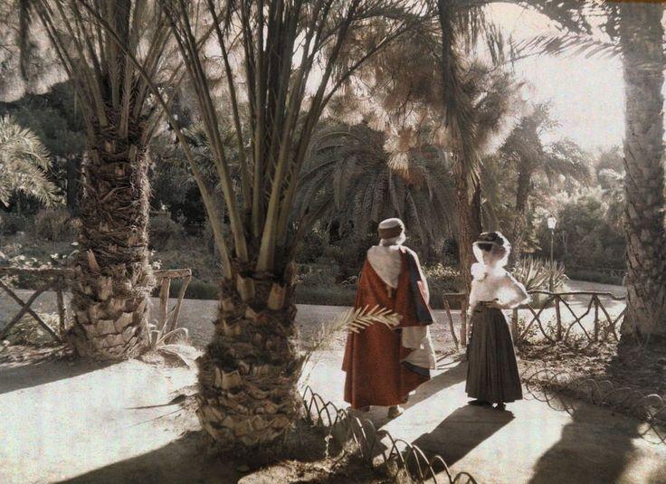 Ombre nel giardino Fotografia di Jules Gervais Courtellemont  Questa foto del 1923 mostra due visitatori di un giardino a Hamman-Rhira, in Algeria, nota località termale.