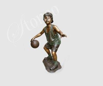 Chłopiec z piłką - statuy z brązu