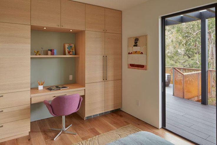 6 Schlafzimmer Design Ideen für Teen Girls / / Keep Schularbeit an der Vorderseite ihres Geistes durch die Aufnahme von eines Schreibtischs in ihrem Schlafzimmer. Dies gibt ihnen ein privater Ort, um ihre Arbeit zu tun und lässt sie die Schubladen und Platz für zusätzliche Tabelle zum Speichern verwenden.