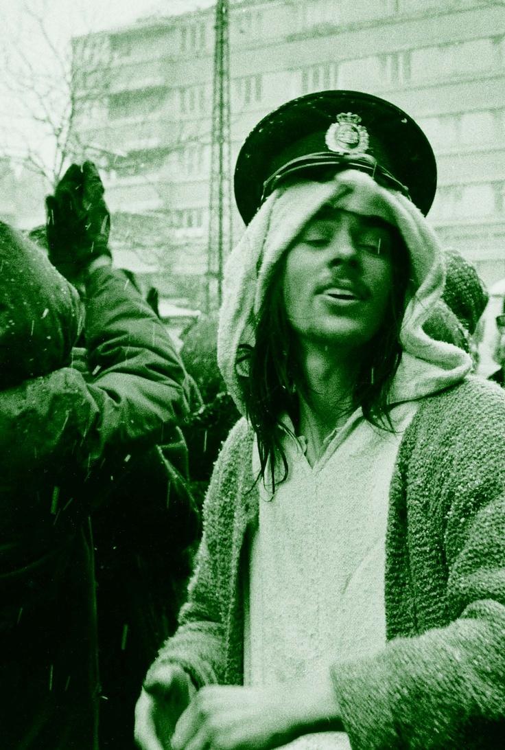 Christianshavn Torv, februar 1969:  Profet Olsen har suppleret profetkjortelen med en politikasket just nuppet fra betjent.