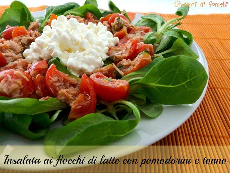 L'insalata ai fiocchi di latte con pomodorini e tonno è un piatto unico fresco e velocissimo da preparare. Ideale come piatto completo servita con crostini.