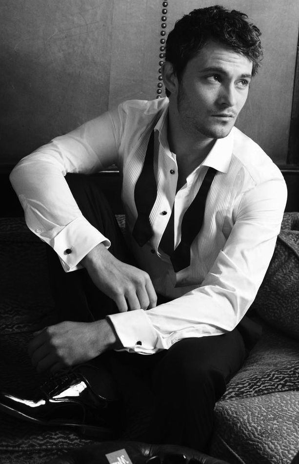 Shiloh Fernandez (orlando bloom/johnny depp mix *sigh*)