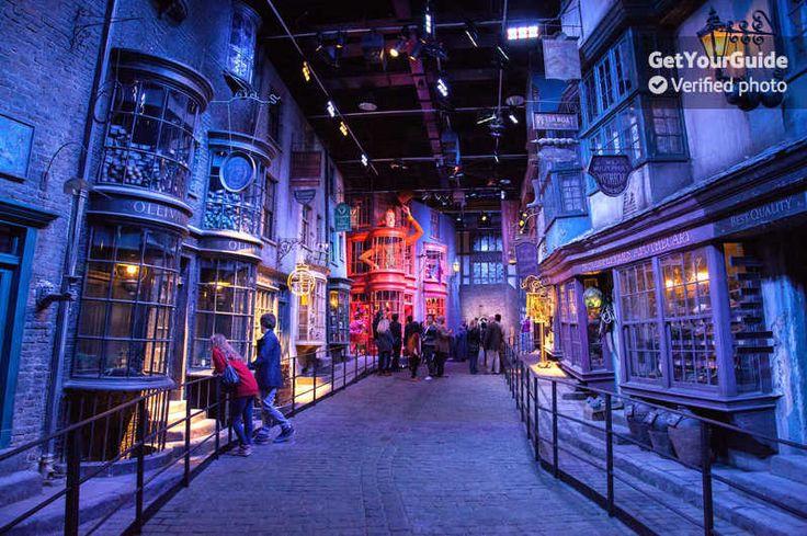 Tag bussen fra det centrale London ud på denne magiske dagstur til Warner Brothers Studio. Kom om bag kulisserne i Harry Potter-filmstudiet, hvor du kan udforske de eventyrlige rekvisitter og kostumer, og følge i dine yndlingsfigurers fodspor.
