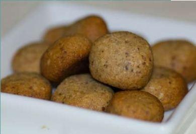Pebernødder, opskrift side 25. Opbevares i brun papirspose for at holde sprødheden.