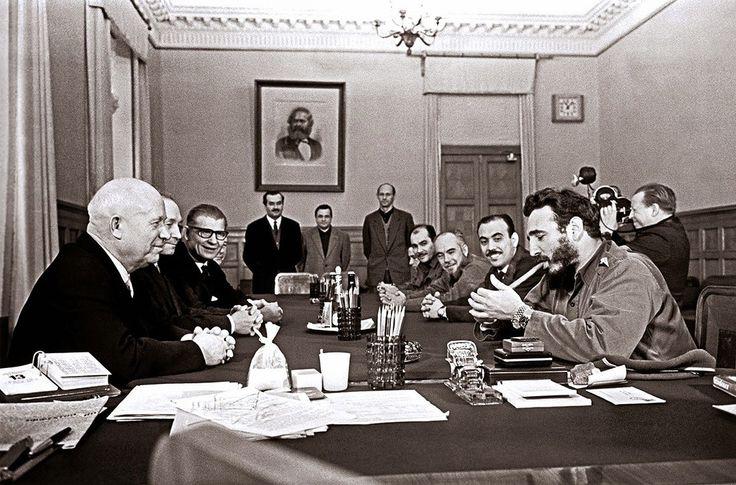 Фидель Кастро курит сигару во время встречи в Кремле, 1963. У него на руке часы Ролекс, две штуки.