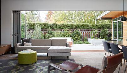 Construido en cemento en bruto, este impresionante edificio se integra a la perfección en la exuberante vegetación que adorna la costa californiana. La Cas
