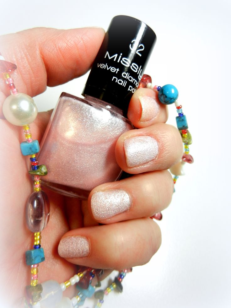 Misslyn Velvet diamond 32 Ein super schöner Nagellack, matt in der Grundfarbe aber mit super hübschen Glitterpartikeln.  So cute ♥