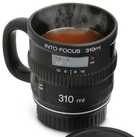 Target Chamber cup, ceramic  This cup, with the appearance of a camera lens is the ideal gift for any amateur or professional-photography. It is ceramic and like any lens also has a lid, but in this case its function is to retain heat content.