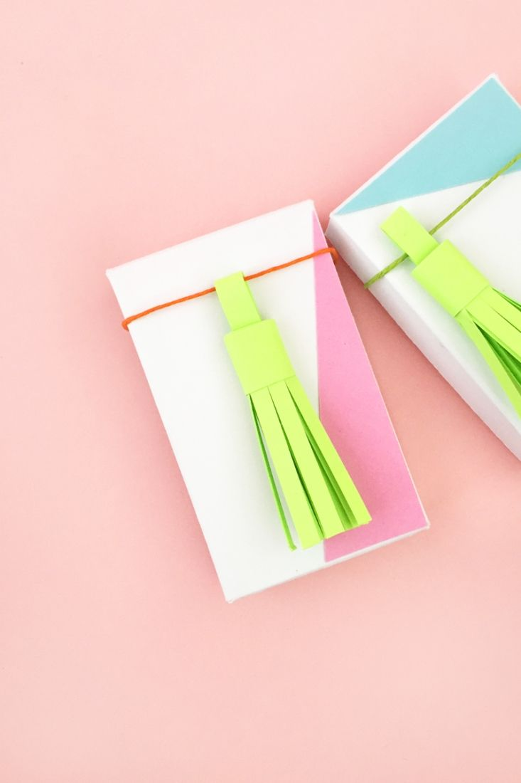 DIY Paper Tassels - Maritza Lisa: In this tutorial, I show you how you can draw and make your own paper tassels. Click through to make your own...