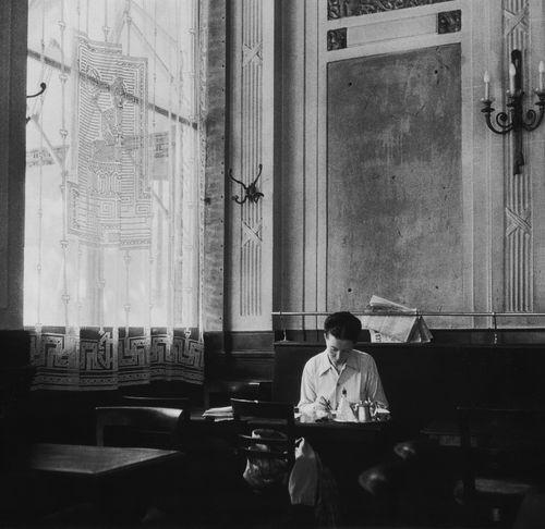 """L'écrivain Simone de Beauvoir au café des """"Deux magots"""", Paris 6e, 1944. (photo : Robert Doisneau)"""