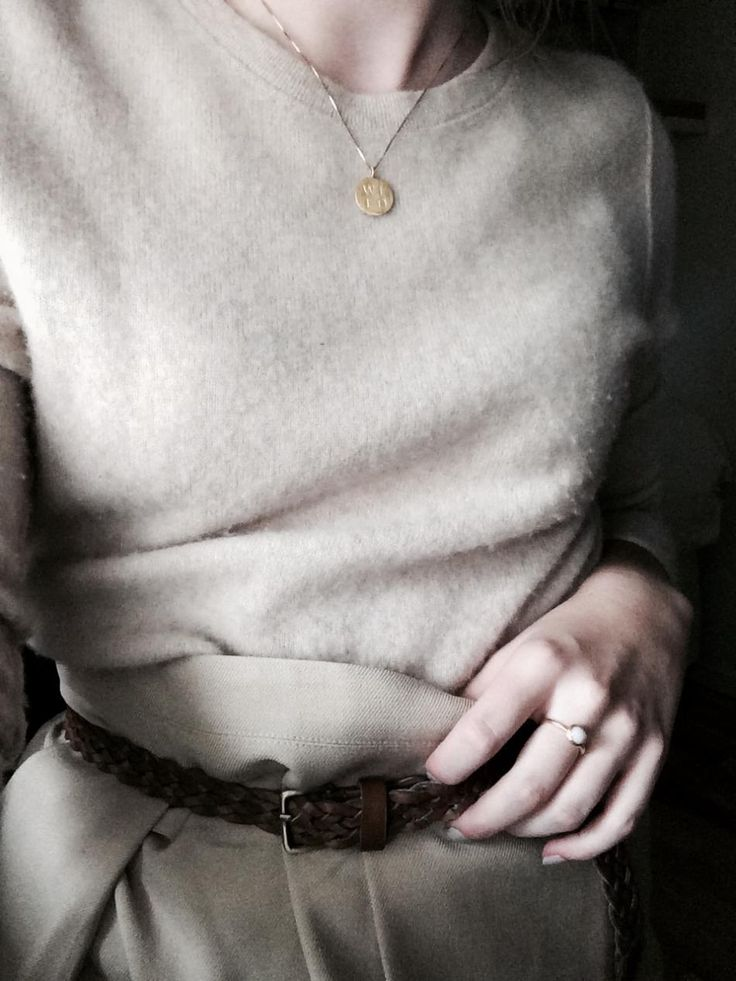 Outfit of the day, nice cashmere sweater and gold jewellery from hvisk