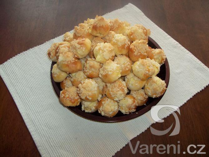 Křehké svatební koláčky  0,25 l     mléko  25 dkg     100% tuk  25 dkg    máslo  4 ks    žloutek  3 dkg   cukr krupice  80 dkg    hladká mouka  0,5 lžičky  sůl  7 dkg     droždí