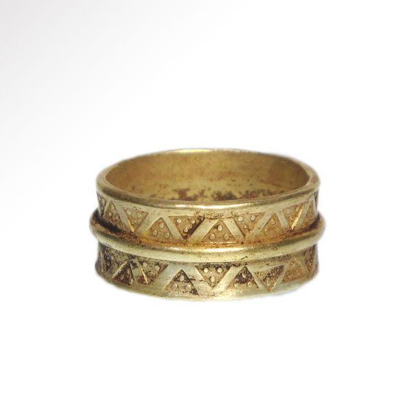 Viking Gold Ring met geperforeerd decoratie 2 cm binnen D / gouden = 12.2 gram  Massief gouden ring ingericht aan de buitenkant met twee lijnen van geponste driehoekige merken elk met drie verhoogde puntjes gescheiden door een gouden band.Grootte: GB = T/U - USA = 10-2 cm binnen DMateriaal: Goud 12.2 grmsCultuur: Viking 11e eeuw A.D.Voorwaarde: IntactHerkomst: UK privécollectie verworven in Oostenrijk in de jaren 1990 ex Oost-Europese privécollectie van de jaren 1970.De verkoper garandeert…