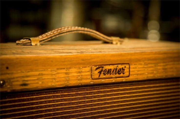 Rockmuziek en whiskey zijn onlosmakelijk met elkaar verbonden, maar zelden kwamen de twee zo mooi samen als in deze unieke gitaarversterker van Fender Custom Shop. De kast van Fender 80 Proof Blues Junior Amplifier is geheel …