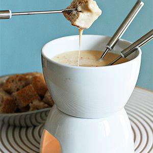 Tequila und Chipotle verleihen dem klassischen Schweizer Fondue eine Dimension und ein rauchiges Aroma. Rezept von Food & Style unter www.edamam.com