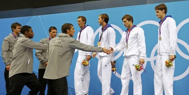 Michael Phelps (au 1er plan) et les Américains, vainqueur du 4 x 200 m, félicitent les Français, dont Yannick Agnel (à droite). (Reuters)