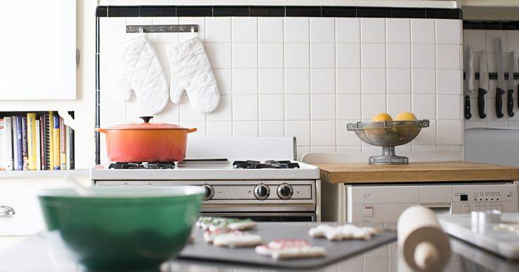 Como limpar uma chapa de cozinha comercial. A limpeza e manutenção de uma chapa de grelha de cozinha comercial lisa demanda uma atenção diária aos detalhes. Este tipo de equipamento, quando devidamente limpo, tem uma área de superfície ampla para que o cozinheiro prepare com segurança alimentos para um grande número de pessoas. Aproveite ao máximo sua chapa para preparar alimentos grelhados ...