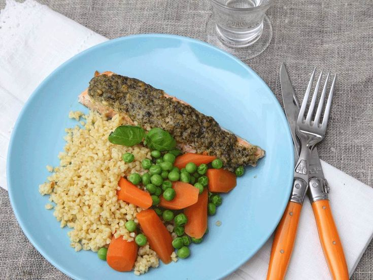 En lättlagad ugnslax med pestoröra och gröna grönsaker.