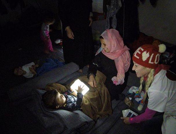 Diese Solarlampen bringen Licht in die stockdunklen griechischen Flüchtlingslager! Eine tolles Crowdfunding ... Bitte unbedingt teilen! <3