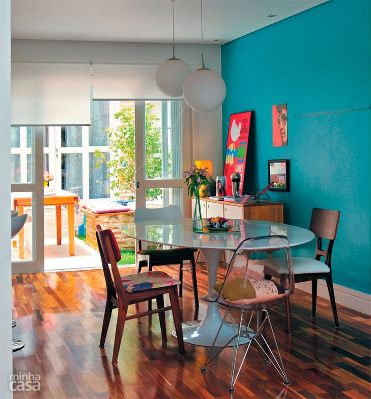 Salas de jantar pequenas e descoladas com paredes coloridas.
