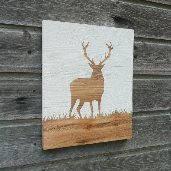 BLANC  Dimensions: Hauteur - 45cm Longeur - 32cm Epaisseur - 3cm  Peinture dun cerf dans lherbe - décoration murale.  Ce tableau est faite sur du bois récupéré à laide de goujons de bois et collés pour les maintenir ensemble. Je peins à la peinture à la craie blanche (white chalk paint) sur le bois, autour dun pochoir dun cerf. Lensemble a ensuite été ciré à la cire incolore pour sceller et protéger la peinture.  Crochet à larrière pour accrocher au mur.  Tous nos articles sont entièrement…