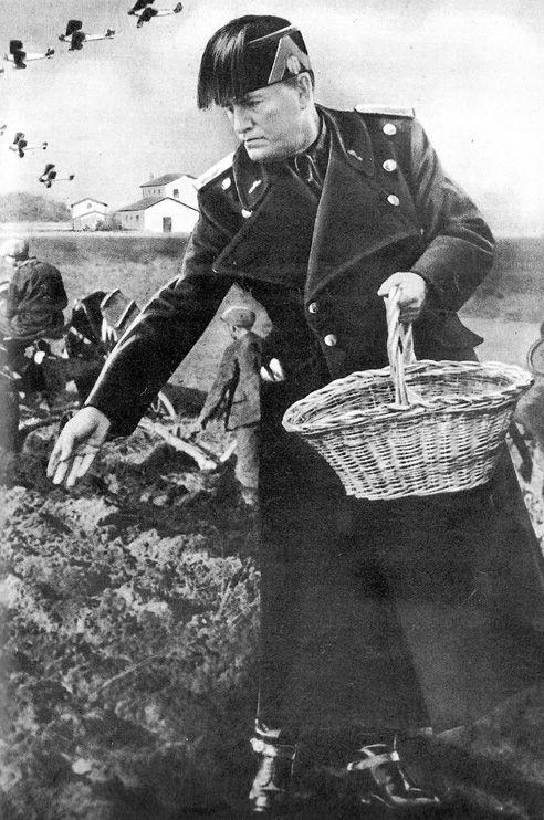 Immagine di propaganda che rappresenta Mussolini dopo le bonifiche delle paludi
