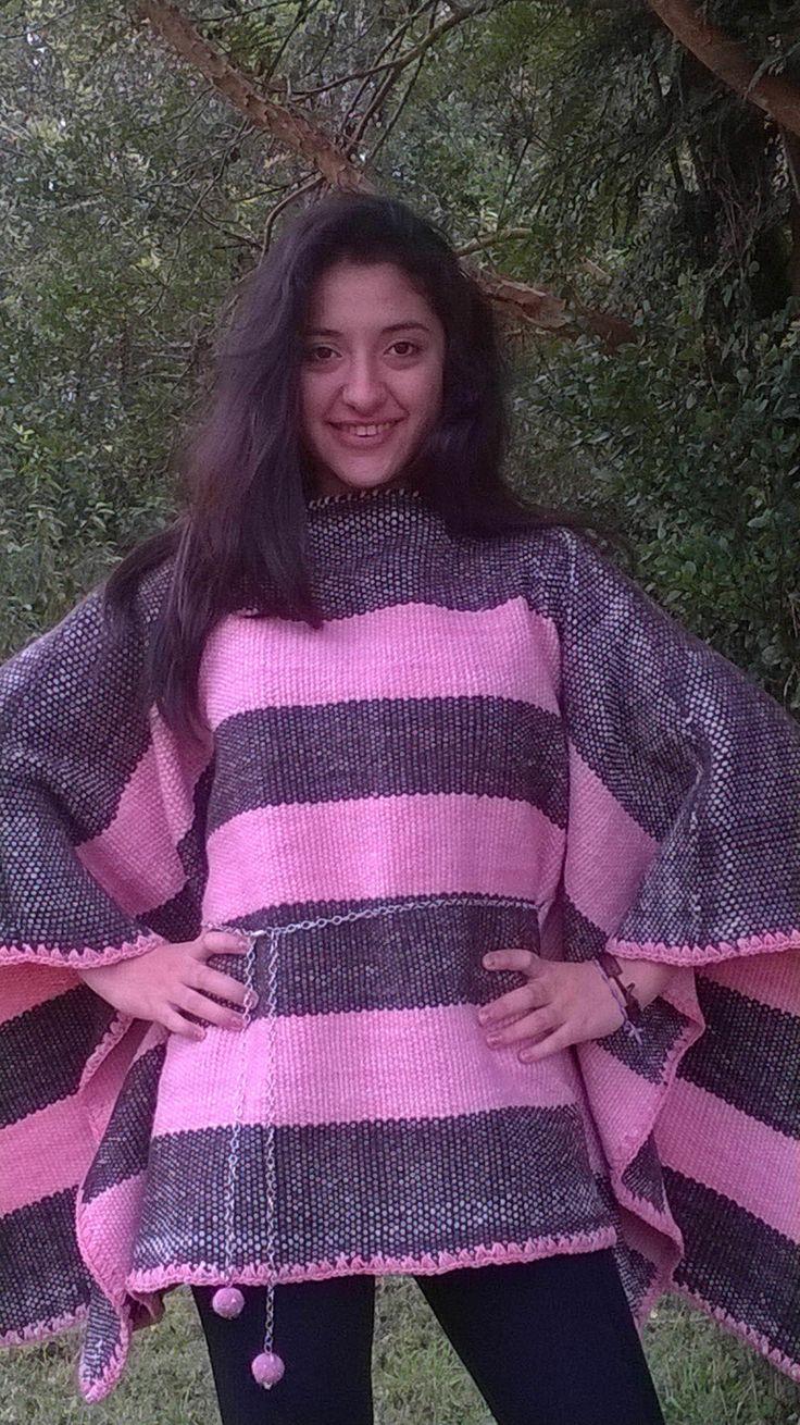 Poncho juvenil confeccionada a mano, en telar mapuche y lana natural