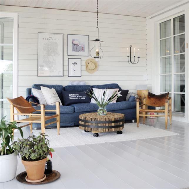 <span>Skön skärgårdsstil. Blå detaljer, naturmaterial och vitmålad, liggande panel. Soffa från Newport. Soffbord från Madame Stoltz. Safaristolarna ger rummet en avslappnad känsla.<br></span>