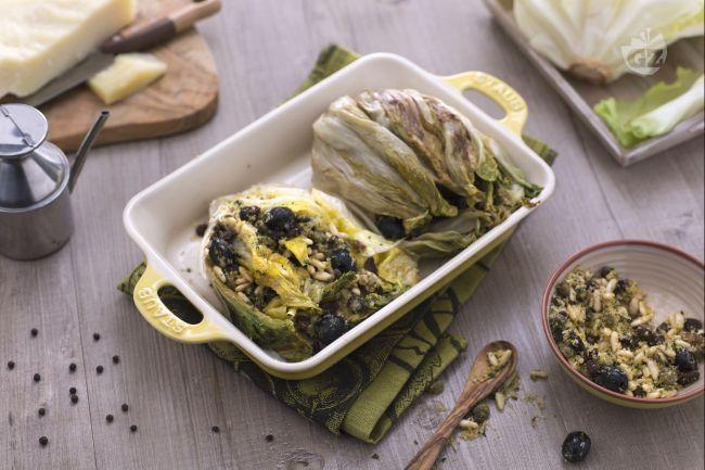 La scarola imbottita è una ricetta tipica della Campania, un piatto molto semplice e contadino che viene arricchito da una gustosa farcia rustica.