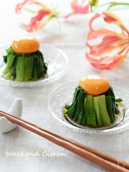茹でたニラに卵をのせたナムル風おつまみレシピ。卵黄をくずしてニラに絡めながら食べて下さい!