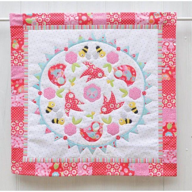 Dit mooie applicatie patroon is voor u om een mini quilt of wieg quilt te maken. De uiteindelijke grootte is 75cm Het naaipatroon bevat gedetailleerde instructies om in eenvoudig te stappen deze quilt te maken. Het patroon is geschikt voor een beginner met behulp van transfer papier. Alle patroon sjablonen zijn geschikt om te worden gescand in een Brother Scan en Cut machine.