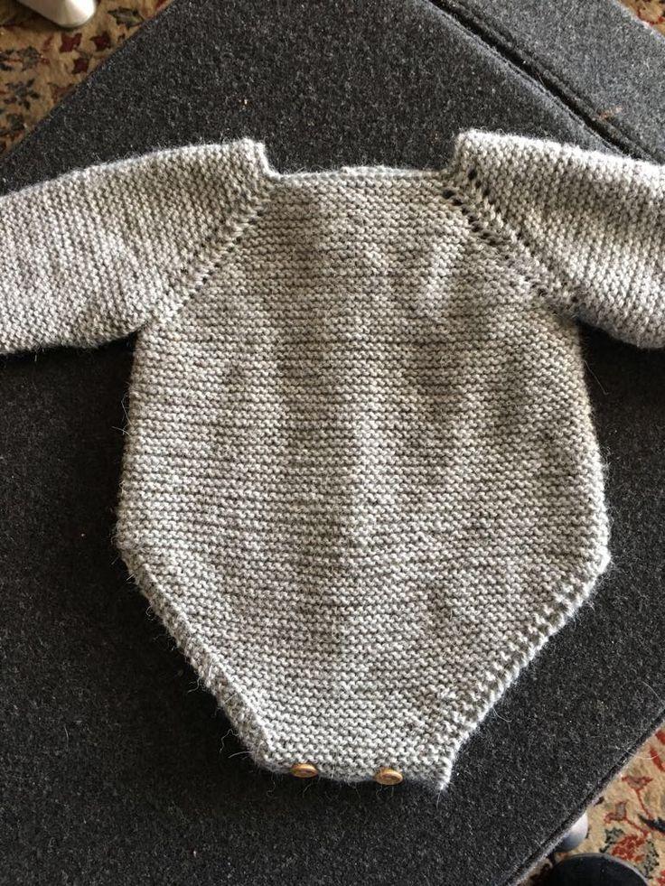 Patrón pelele manga larga para bebé talla 0-3 meses. Materiales, puntos utilizados e indicaciones para tejerlo a la perfección.