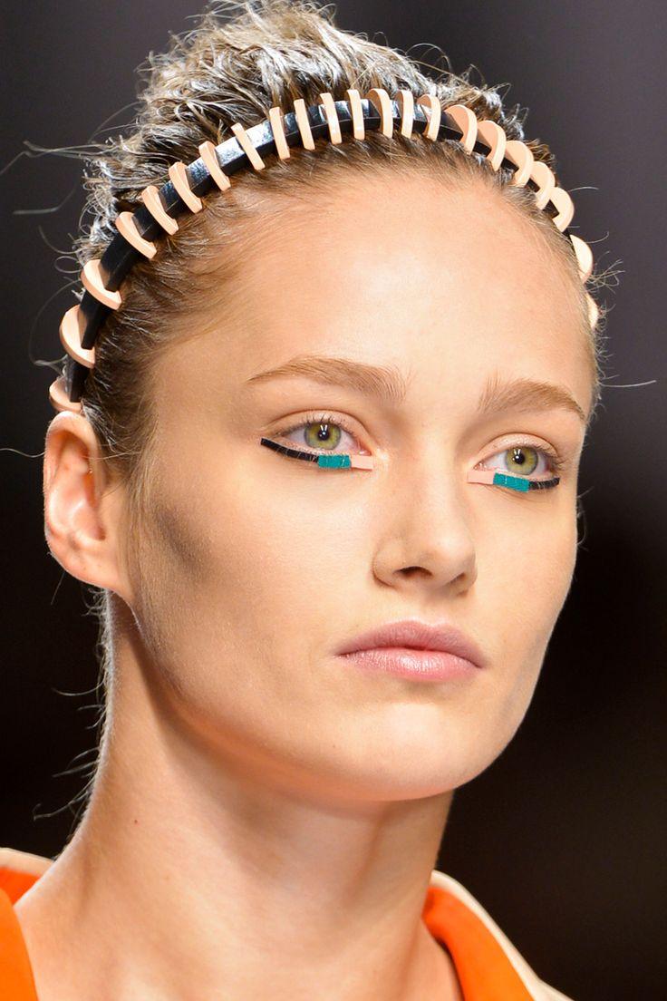 Fendi rescata una estética semi tribal y futurista a base de moños altos con diademas para esta primavera.