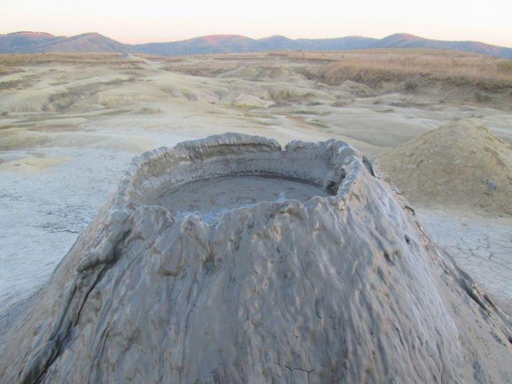 "Am numit aceasta excursie ""Cultura, mestesuguri, meleaguri de poveste"" pentru ca veti calatori printr-o zona bogata in astfel de lucruri: muzee, conace vechi, vestigii romane,mestesugari ai pietrii, fenomene naturale nemaintalnite – vulcanii noroiosi, munti de sare, apoi nenumarate crame, legendarii carnati de Plescoi."