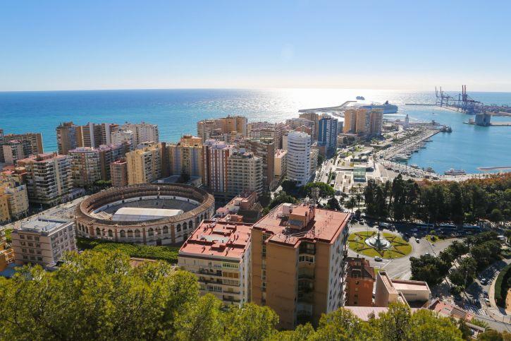 Stierkampfarena und Hafen von Málaga