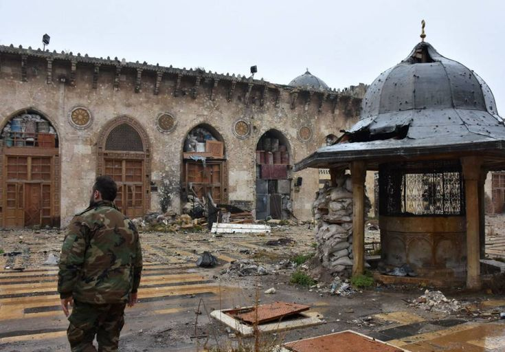 Un miembro del ejército regular sirio en la Gran Mezquita Omeya de Alepo, el 13 de diciembre.  Las riquezas de Alepo, su condena El valor geoestratégico de la ciudad en la contienda siria ha condenado a sus gentes, su patrimonio cultural e industrial