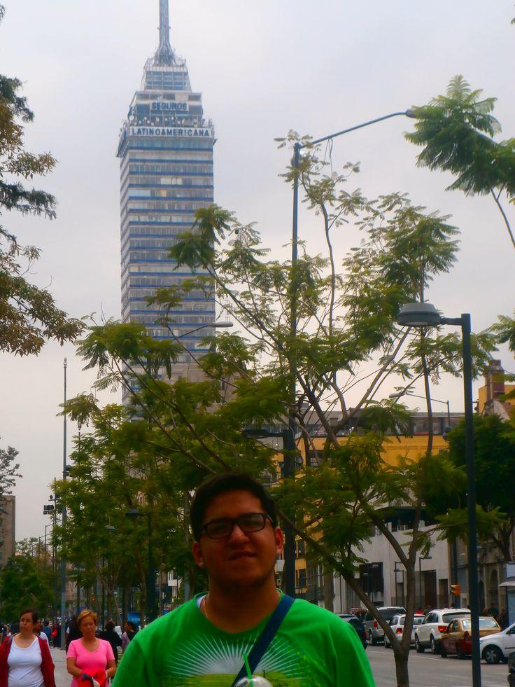 Atrás la enorme Torre Latinoamericana de Distrito Federal, uno de los mejores miradores de la ciudad / #viajes #travel #viajesmuseo #traveller #travelling #vacation #placestovisit #trips