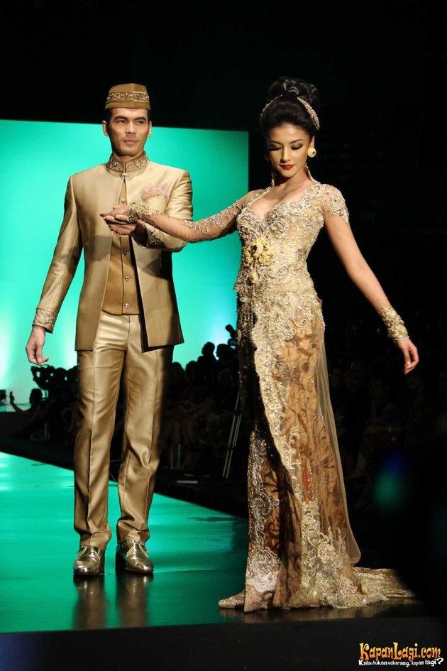 Google Image Result for http://l.yimg.com/bt/api/res/1.2/WYcj78MThnjx09HGwqasMA--/YXBwaWQ9eW5ld3M7Zmk9aW5zZXQ7aD05NDU7cT04NTt3PTYzMA--/http://l.yimg.com/os/401/2012/02/27/fashion-artis-by-anne-avantie-di-indonesian-fashion-week-2012-20120227-005-acat-jpg_091054.jpg