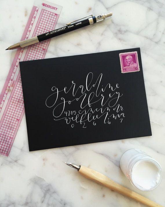 [een b o u t]  + hand-adressering voor uw bruiloft uitnodigingen. de perfecte manier om een doordachte en elegante touch toevoegen als u welkom familie + vrienden te vieren uw speciale dag met u. + twee stijlen: spitse pen kalligrafie en borstel belettering. Ik is geschikt voor vrijwel elke kleur van de kleur van inkt of envelop (als je niet een inktkleur die u hadden gehoopt ziet hieronder, geen zorgen te maken. laat het me weten + ik zal meer dan waarschijnlijk zitten kundig voor de kleur…
