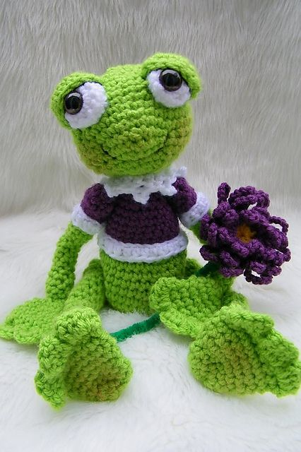 Just bought this pattern!! Ahhh shes so cute! I cant wait to make!!!  Ravelry: Simply Sweet Frog Toy pattern by Teri Crews