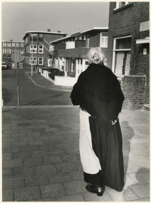 Breezandstraat 43-9, gezien ter hoogte van de Puttensestraat naar de Pluvierstraat, met een vrouw in Scheveningse klederdracht. 1981 Lies Wiegman #ZuidHolland #Scheveningen
