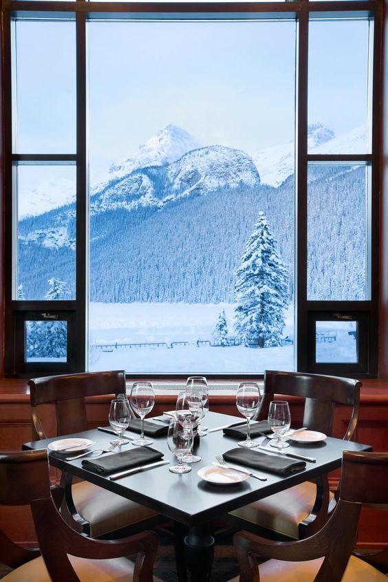 Admirez le paysage enneigé depuis le restaurant du Fairmont Château Lake Louise :) [Canada]