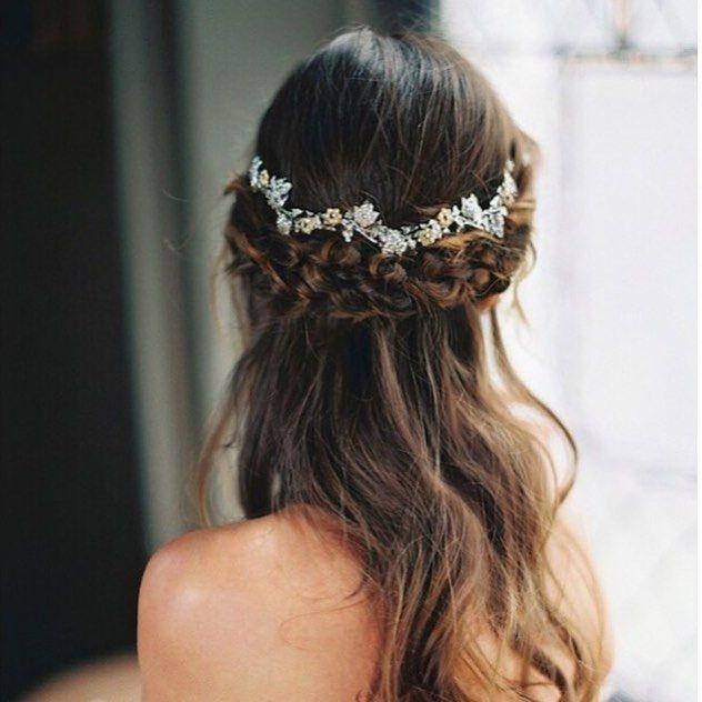 Penteado meio-preso cheio de charme e romantismo! ❤️ - Hairstyle inspiration for romantic brides! { via Bridal Musings} #penteadodenoiva #bridetobe #berriesandlove