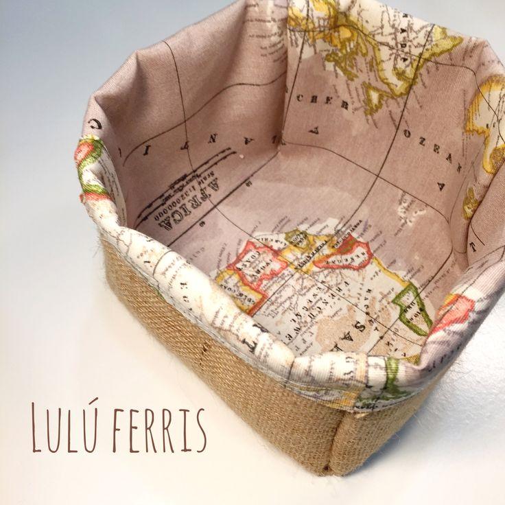 Fácil tutorial de costura para hacer una cesta con tela de saco (arpillera) y tela. Las telas las puedes encontrar en nuestra web www.luluferris.com Y nos pu...