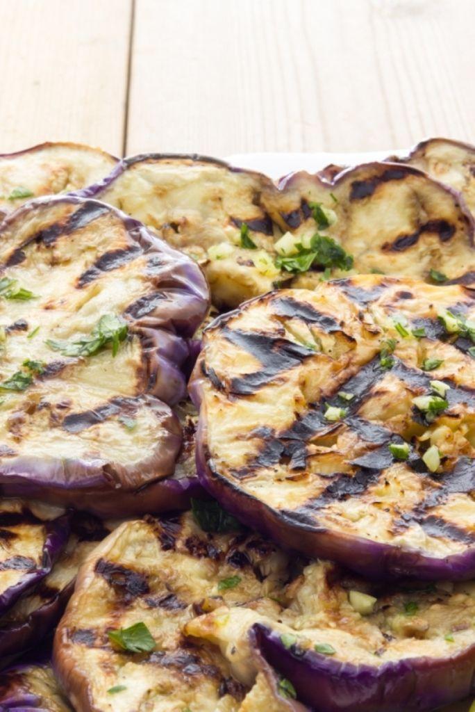Bereiden:Snij de aubergine in plakjes. Smeer ze in met olijfolie en zout en leg ze kort op de grill. Snij met een mandoline dunne sliertjes van de venkel. Leg de sliertjes op het bord, neem een dresseerring en lag hier de schijfjes tomaat, aubergine en mozzarella in. Kruid met peper en zout.Serveren: Werk af met enkele blaadjes rucola, basilicum en olijfolie.