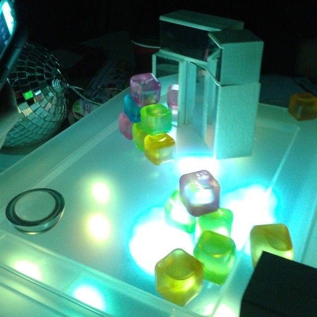 Experimenting with coloured cubes and mirrors
