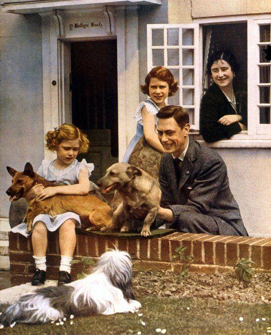 """Zu sehen sind König George VI., """"Queen Mum"""" und die spätere Monarchin Elizabeth II. Das kleine Mädchen links im Bild ist die mittlerweile verstorbene Prinzessin Margaret, die kleine Schwester der Königin von England."""
